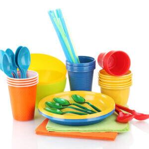 З чого виготовляють одноразовий посуд?